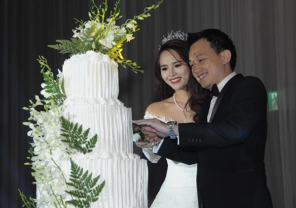 Đám cưới của Lại Hương Thảo diễn ra tối 29/5 tại khách sạn Intercontinental Asiana Saigon với khoảng 700 khách mời bao gồm khách khứa và bạn thân của nhà chú rể, trong đó có gia đình ca sỹ Trang Nhung, cô và con gái Ngô Phương Bích Ngọc đích thân hát tặng gia đình 2 bên.