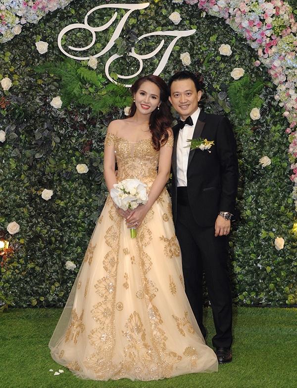 Áo cưới của cô dâu được thiết kế bởi Hoàng Hải và hãng Marys