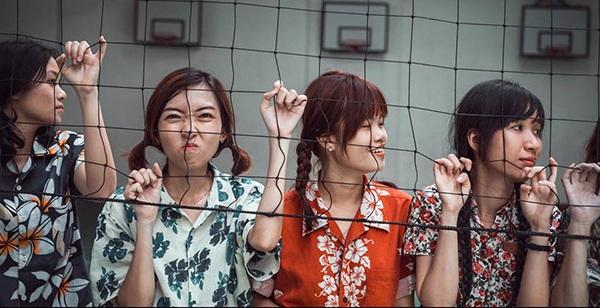 Phong cách thời trang của các bạn trẻ gợi nhớ về thanh niên Việt những năm 80