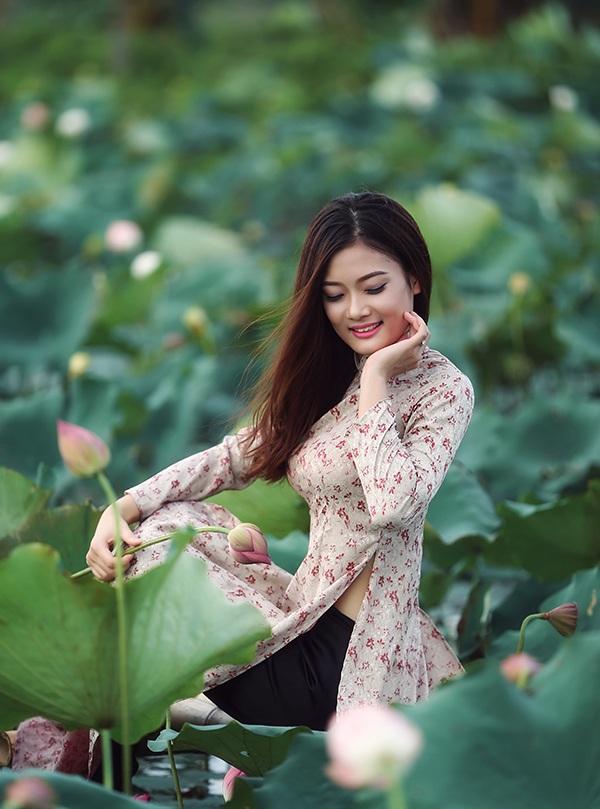 Thiếu nữ Hải Phòng e ấp bên hoa sen