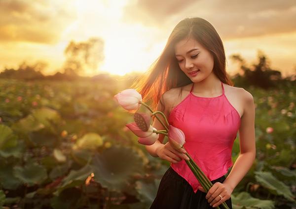 Dung chọn áo dài và áo yếm là hai trang phục truyền thống để thực hiện bộ ảnh bên loài hoa vốn được xem là quốc hoa của Việt Nam.