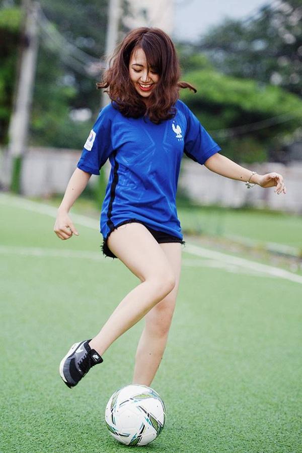 Trong kỳ nghỉ hè về Việt Nam, cô gái 19 tuổi đã có buổi chụp hình với bóng cổ vũ giải bóng đá vô địch Châu Âu. Cô chọn màu áo của tuyển Pháp để thực hiện bộ ảnh này