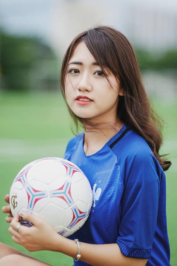 Quỳnh Anh tiết lộ cô thích tiền đạo của câu lạc bộ Arsenal là Olivier Giroud hơn cả vì anh ấy rất đẹp trai, ghi nhiều bàn thắng đẹp.