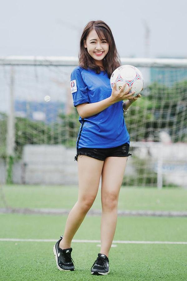 """Hot girl Vũ Quỳnh Anh hết mình cổ vũ """"Gà trống"""" Pháp kỳ EURO 2016 - 9"""
