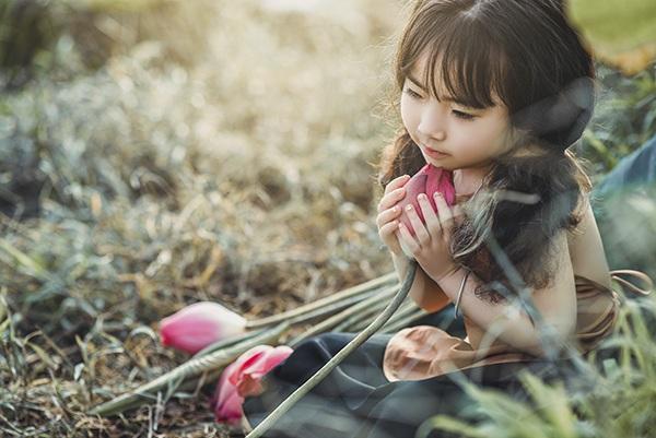 Bé gái 4 tuổi Hà Nội diễn cực đáng yêu bên hoa sen - 9