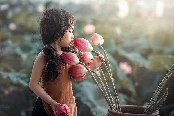 Bé gái 4 tuổi Hà Nội diễn cực đáng yêu bên hoa sen - 10