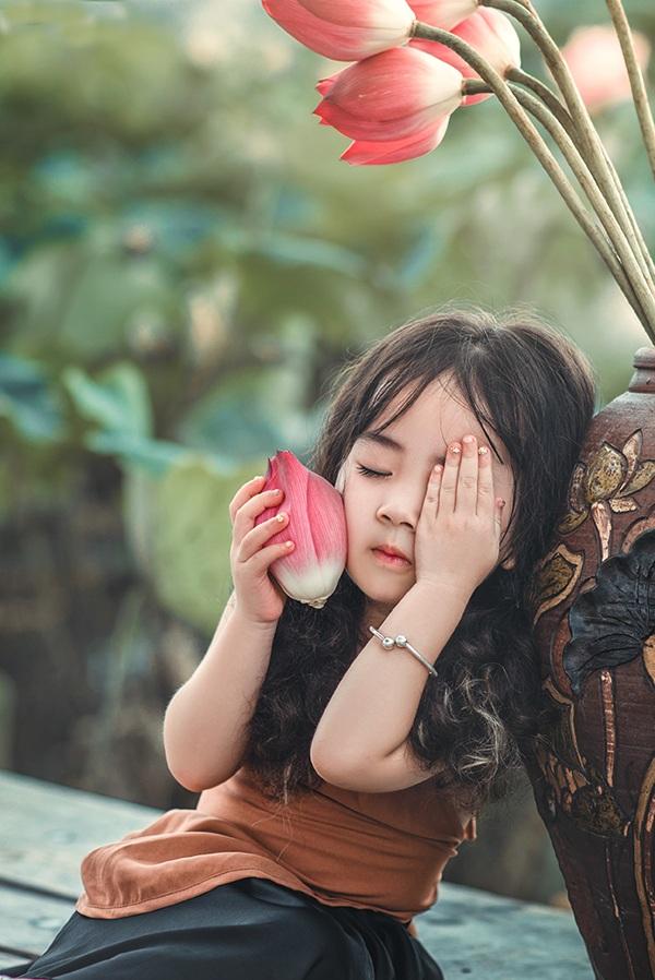 Cô bé sống ở Hà Nội và có người mẹ cũng là người thích chụp ảnh.