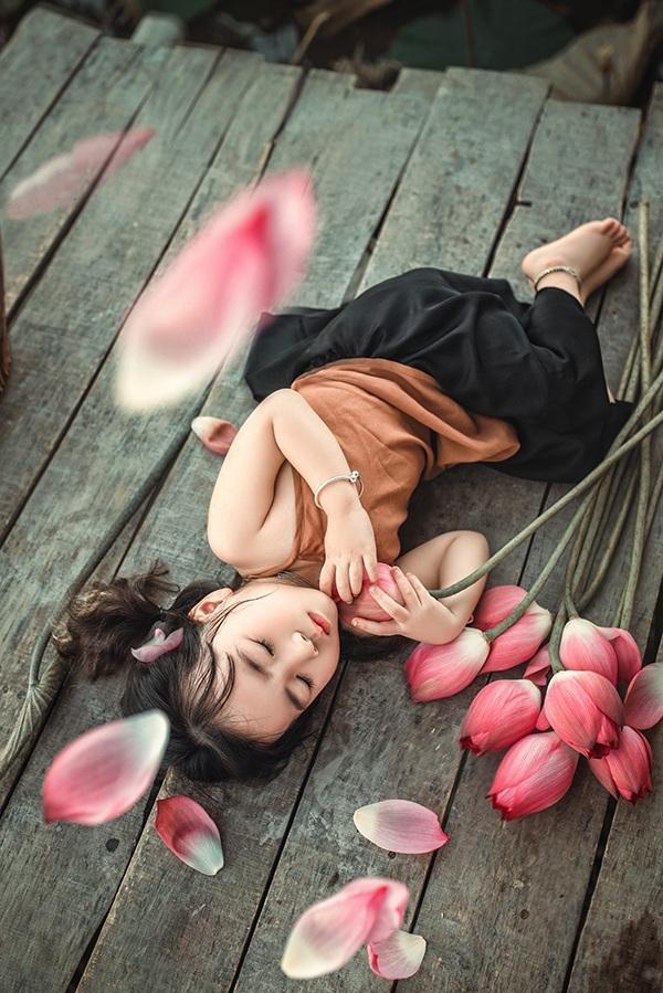 Người mẫu trong bộ ảnh là bé Nguyễn Ngọc Lâm Nhi, tên gọi ở nhà là San San.