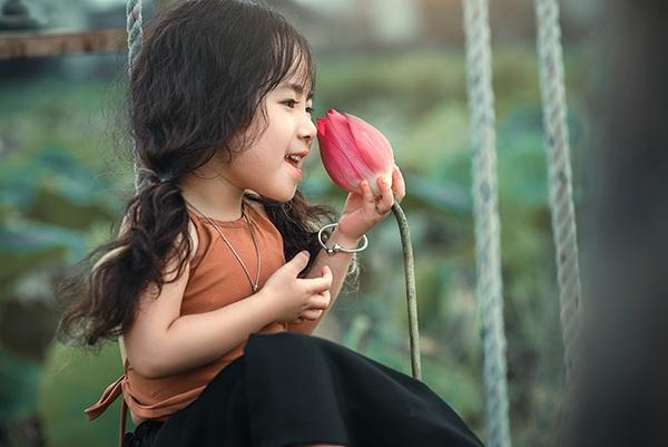 Bé gái 4 tuổi Hà Nội diễn cực đáng yêu bên hoa sen - 8