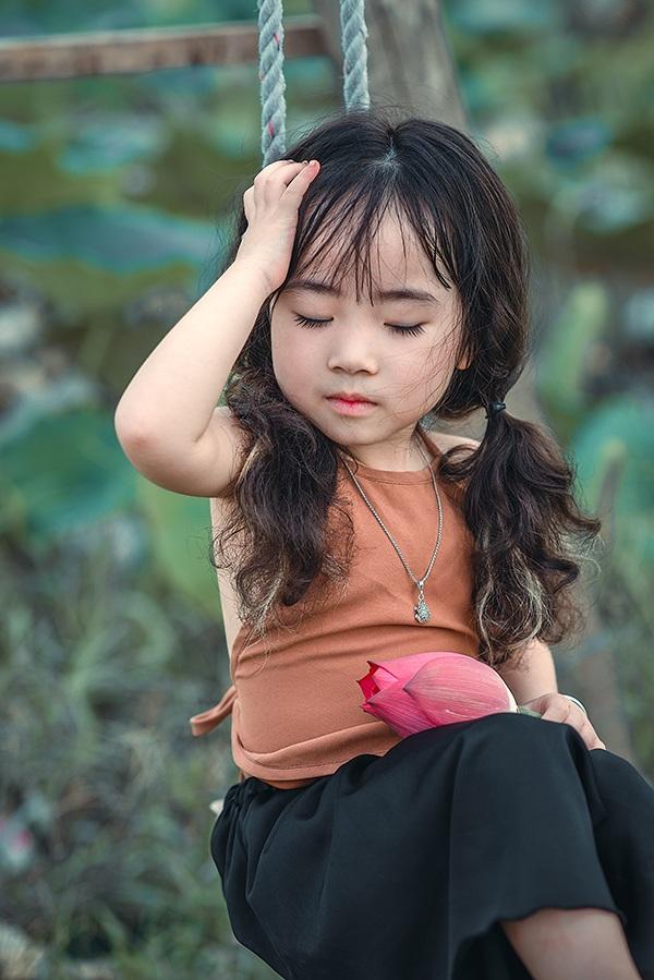 Lâm Nhi năm nay mới 4 tuổi nhưng đã ra dáng một người mẫu nhí.