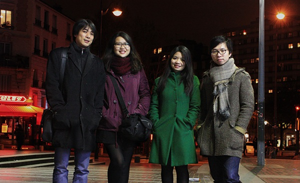 Từ trái sang: Nguyễn Lê Hưng, Nguyễn Bảo Thư, Trần Khánh Chi, Trần Hoàng Anh là những tác giả của mô hình đảo trôi trên biển
