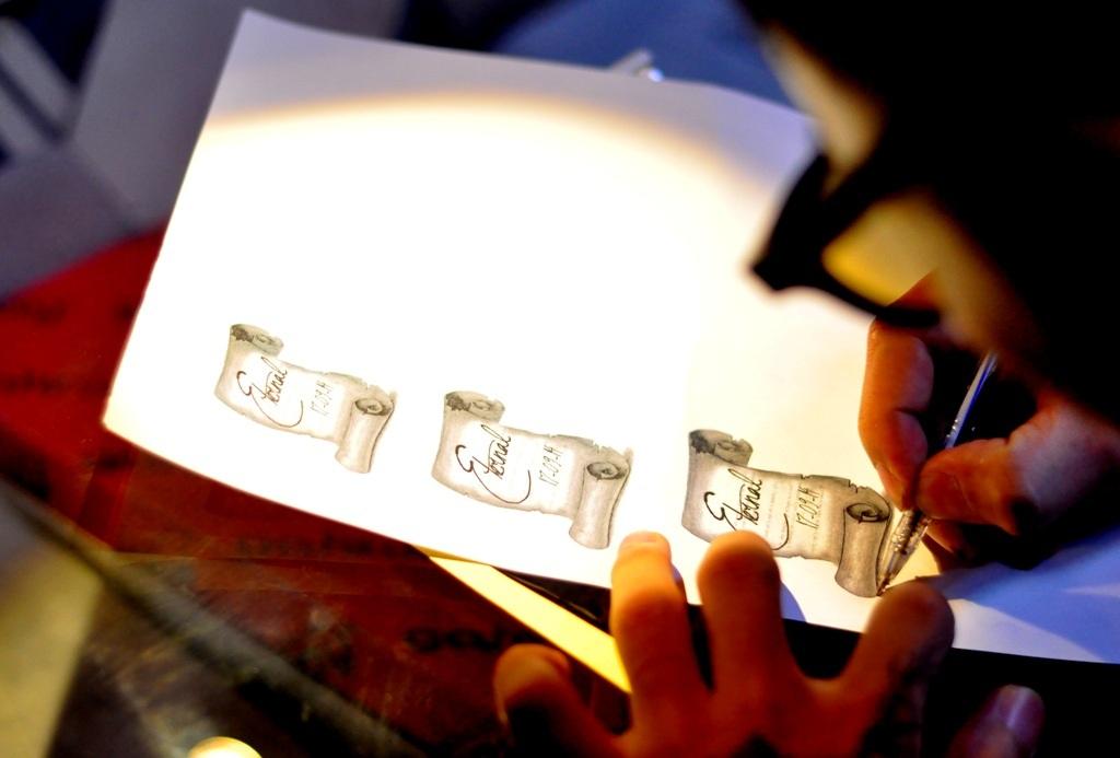 Hình xăm được vẽ trên giấy trước khi thực hiện trên da người.
