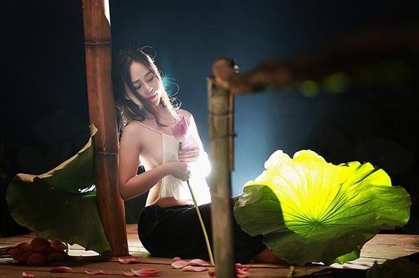 Những hình ảnh nên thơ về thiếu nữ bên sen đêm