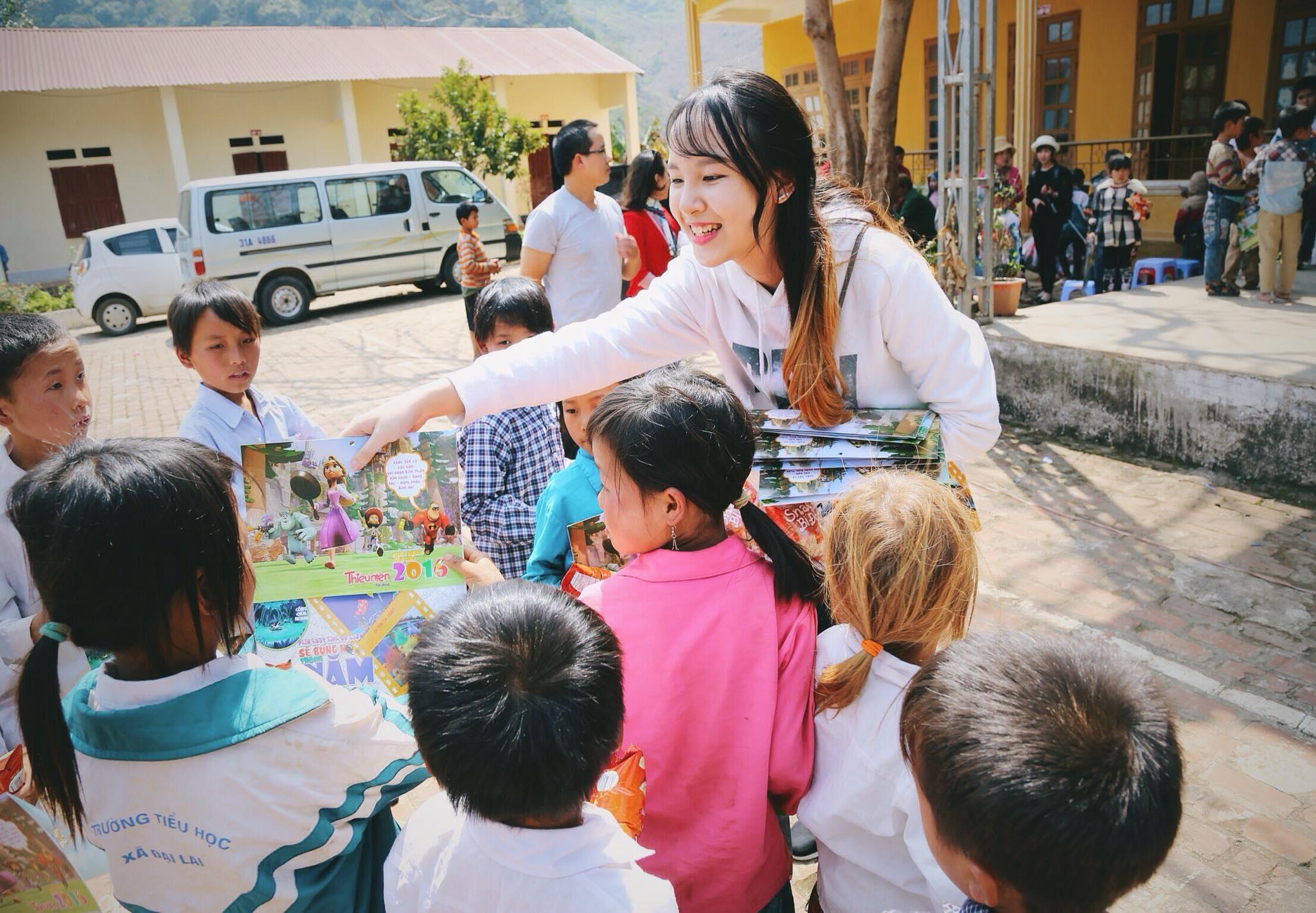 Á Khôi Miss Du học sinh Lê Hương Thảo tặng quà cho trẻ em ở vùng cao Mộc Châu