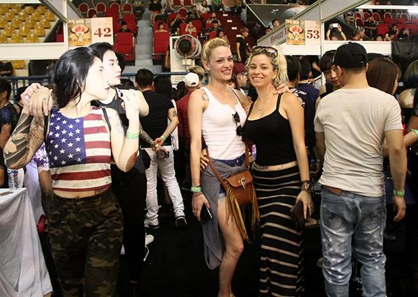 Thiếu nữ nước ngoài cũng rủ nhau ghé thăm Đại hội xăm quốc tế tại Hà Nội.