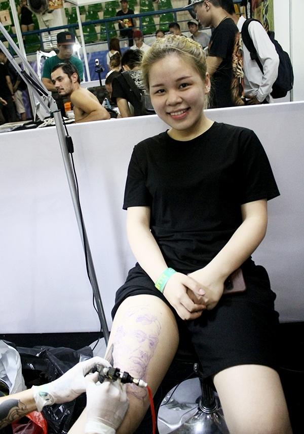 Cô gái Hà Nội đang là học viên xăm làm người mẫu cho chính studio của mình. Cô chọn xăm hình Tổng thống Lincoln của Mỹ.