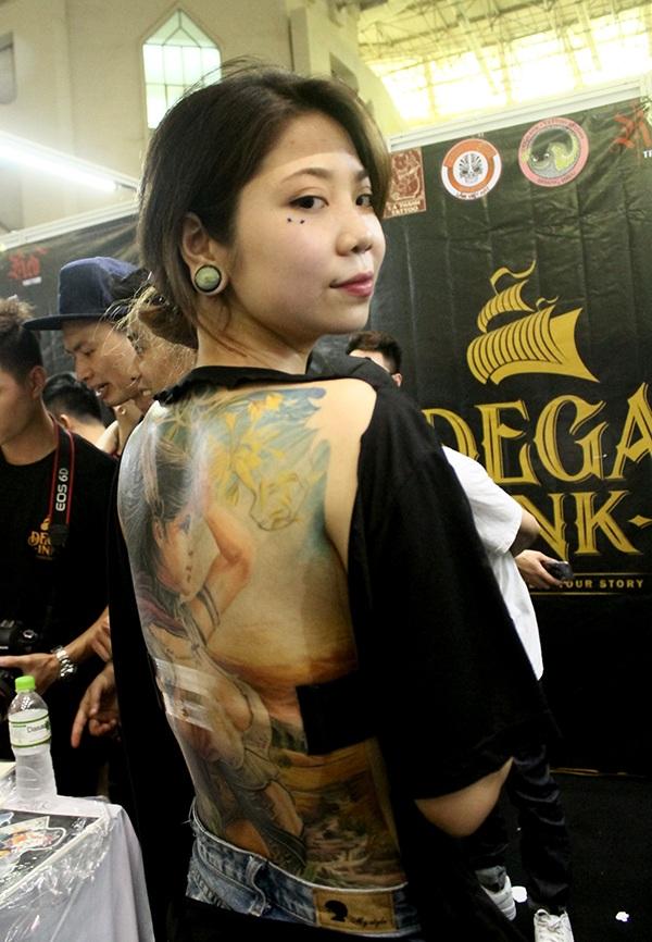 Mẫu hình xăm phủ kín lưng của một người mẫu.