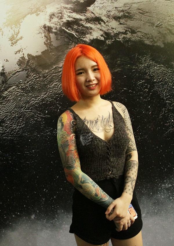 Cô người mẫu xăm này không chỉ có hình xăm phủ kín hai cánh tay mà còn có mái tóc đỏ bắt mắt.