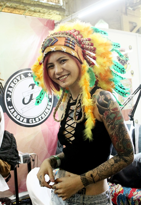 Hình xăm độc đáo cộng với chiếc mũ thổ dân châu Mỹ nổi bật giúp cô gái này thu hút mọi ánh nhìn