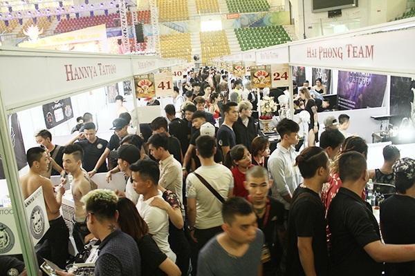 Hàng ngàn người kéo đến Đại hội xăm hình tại SVĐ Quần Ngựa (Hà Nội) trong ngày đầu tiên diễn ra sự kiện này.