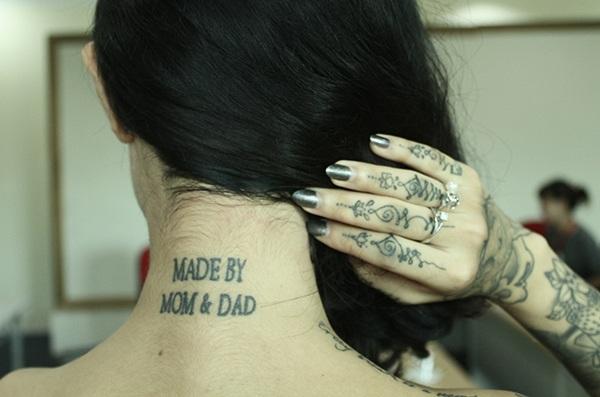 Hình xăm đầu tiên của Minh Thái là ở gáy, nơi cô ghi nhớ công ơn sinh thành dưỡng dục của cha mẹ