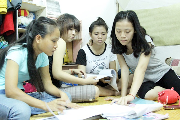 Sau bữa cơm, các nữ sinh cùng nhau ôn bài.