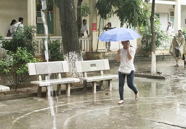 Cơn mưa nặng hạt sáng 30/6 gây trở ngại cho thí sinh tới nhận phòng thi.