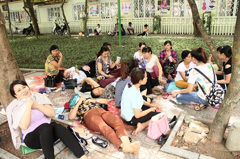 Góc tụ họp của các mẹ, các chị đến từ khắp mọi huyện thị Hà Nội. Hình ảnh chụp tại công viên cây xanh bên ngoài điểm thi Đại học Thủy lợi.