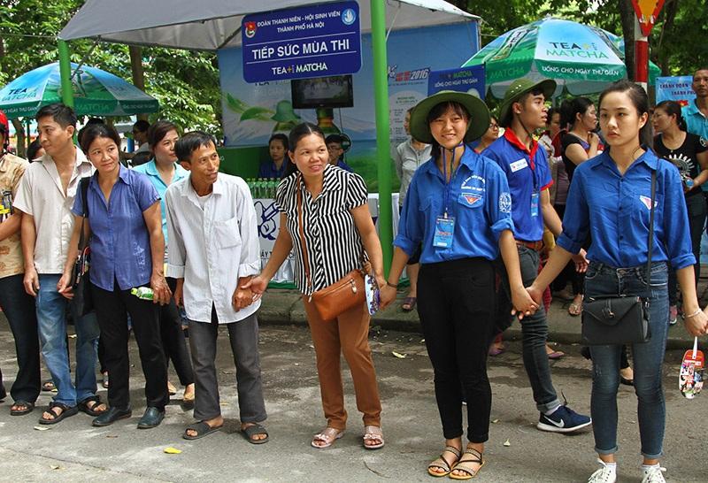 Một số phụ huynh đồng hành với sinh viên tình nguyện làm hàng rào giao thông