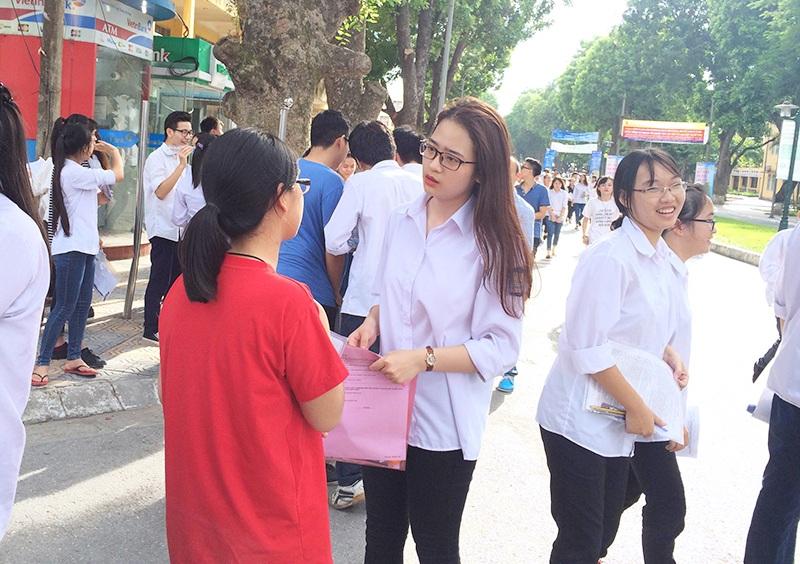 Nữ sinh xinh xắn trò chuyện cùng một người bạn sau giờ làm bài thi môn Tiếng Anh.