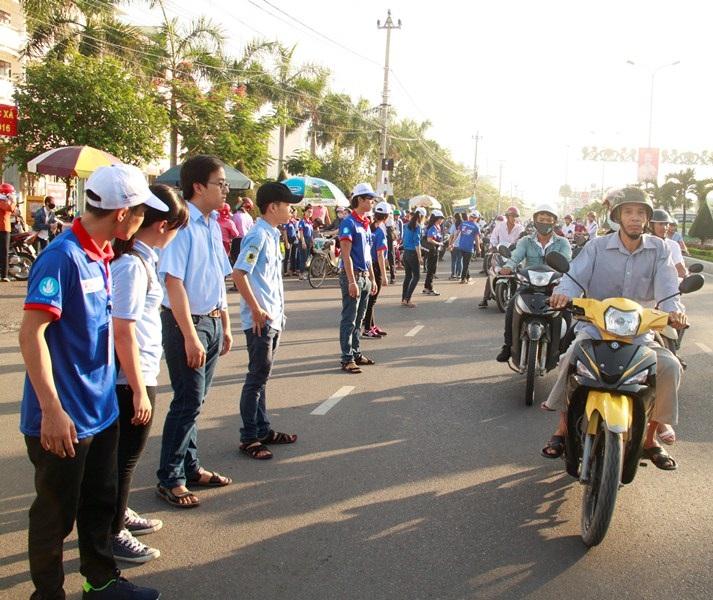 Tình nguyện viên tại điểm thi Đại học Quy Nhơn (Bình Định) dàn hàng phân luồng giao thông đảm bảo cho an toàn cho thí sinh và người nhà. (Ảnh: Doãn Công)