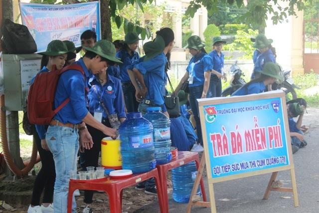 Dưới tiết trời nắng gay gắt của Quảng Trị, các tình nguyện viên tham gia tiếp sức mùa thi vẫn nhiệt tình hướng dẫn cho thí sinh các điểm thi, điều tiết an toàn giao thông để mọi người đi lại thuận lợi và cung cấp nước uống miễn phí.