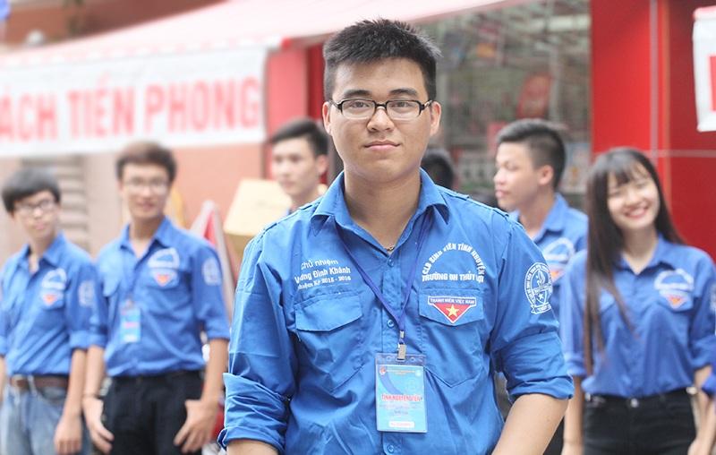 Vương Đình Khánh - Đội trưởng đội SVTN trường Đại học Thủy lợi sát cánh bên cạnh 200 thành viên khác trong chiến dịch Tiếp sức mùa thi