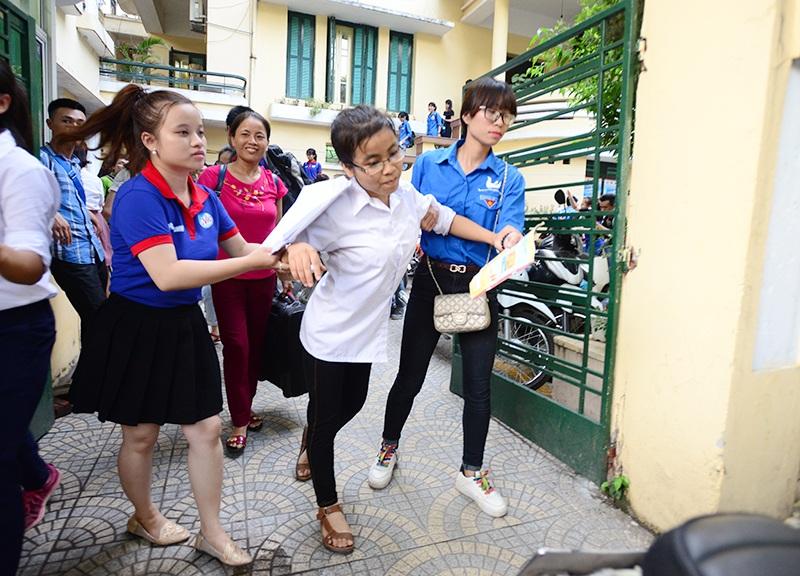 Tình nguyện viên dìu thí sinh khuyết tật lên đường về nhà trọ miễn phí. Hình ảnh trong chương trình Cùng em đi thi 2016.