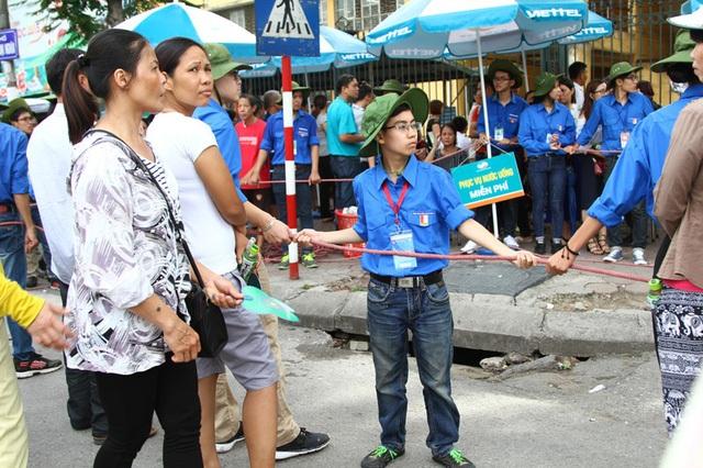 Nguyễn Trác Tuấn Anh - tình nguyện viên tí hon của trường Đại học Bách khoa Hà Nội (Ảnh: Hồng Minh)