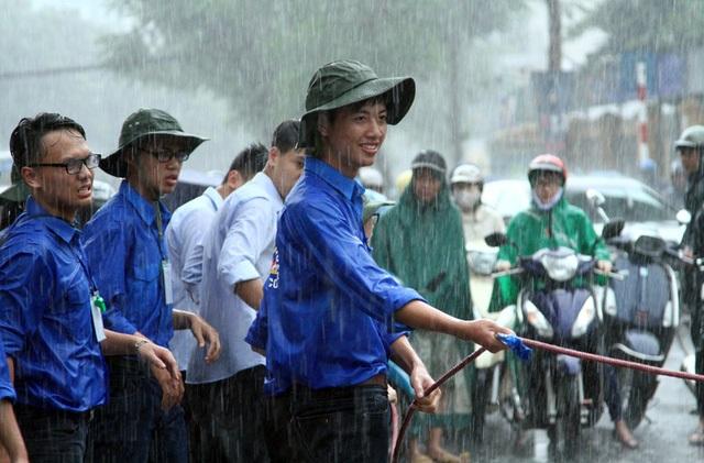 Bức ảnh khiến rất nhiều độc giả xúc động vì tinh thần hi sinh, đội mưa để hoàn thành nhiệm vụ của các SVTN