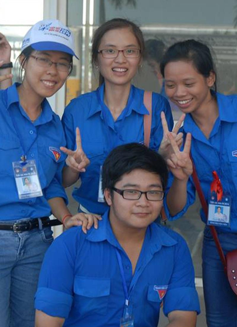 Nguyễn Tiến Dũng và các bạn gái trong đội tình nguyện Tiếp sức mùa thi năm 2014.