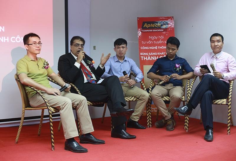 Các diễn giả là doanh nghiệp thành công trong và ngoài nước chia sẻ kinh nghiệm với các bạn trẻ.