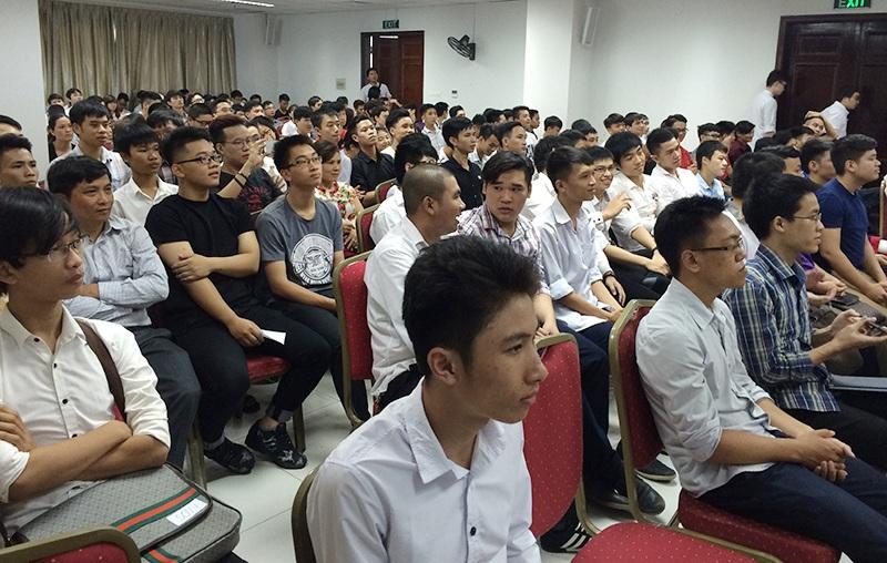 250 bạn trẻ lắng nghe chia sẻ của các diễn giả để học hỏi cách thức thành công trong công việc, đặc biệt là trong lĩnh vực công nghệ.