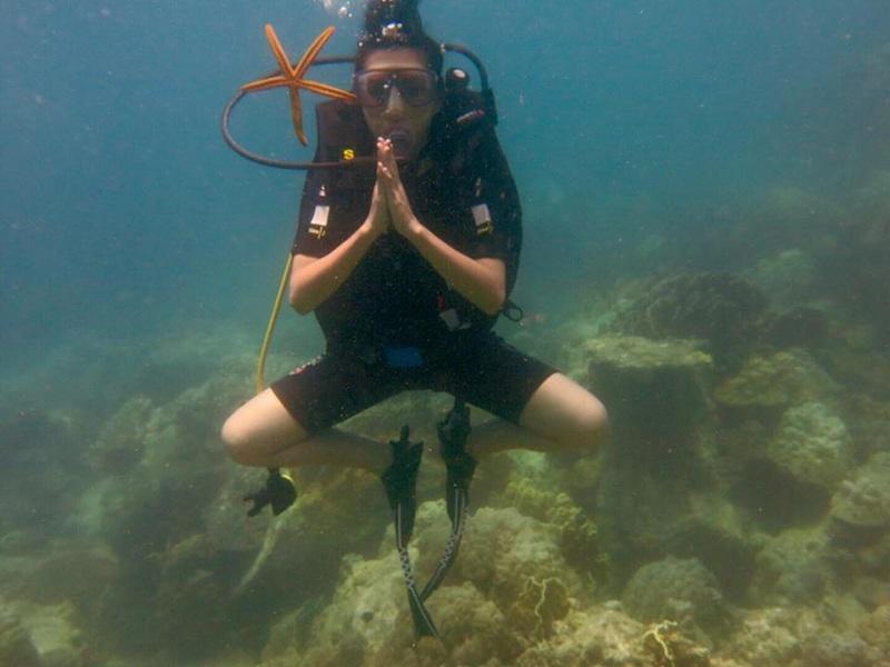 Tạo dáng Yoga khi lặn dưới đáy biển sâu Hòn Mun, Nha Trang