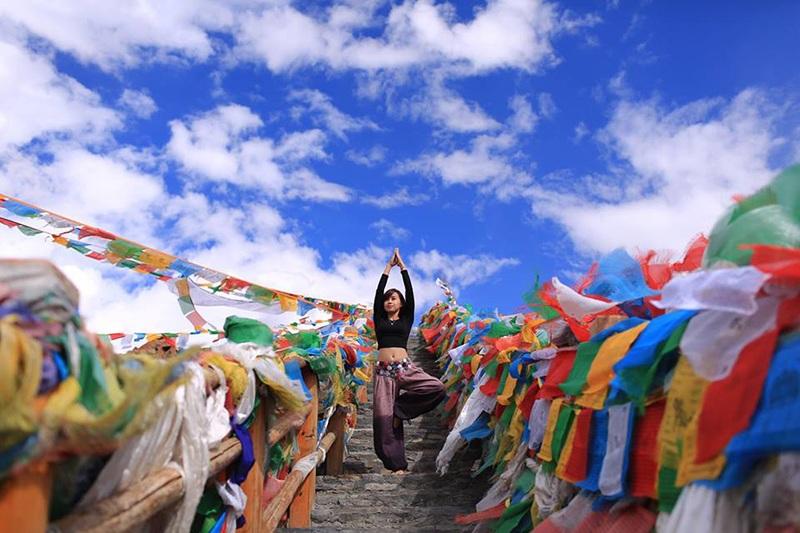 Ngô Đình Phụng Yến là một MC, copywriter sống ở TP.HCM. Cô có sở thích tập yoga và đi du lịch. Bộ ảnh Yoga around the world được Yến chia sẻ trên trang mạng xã hội cá nhân. Cô nói: Những tấm ảnh trên hành trình du lịch và yoga của mình có khi do những người bạn đồng hành chụp cho, có khi mình đi một mình tự set máy chụp, hoặc thỉnh thoảng là trong lúc mình lên dáng thì khách du lịch nước ngoài thích thú bấm lách tách rồi gửi mail cho mình.
