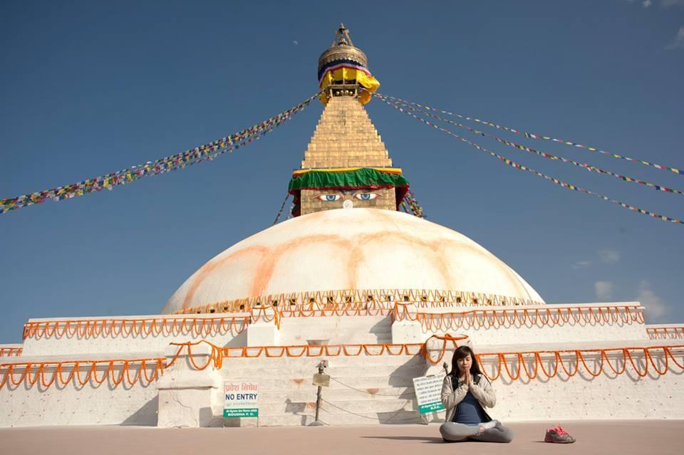 Bảo tháp Boudhanath - tháp Phật giáo lớn nhất Nepal. Hình chụp vào dịp Tết 2014, một năm sau phần chóp của Bảo tháp đã sụp đổ vì động đất.