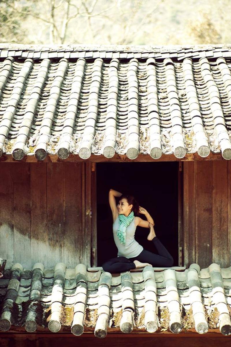 Yến đã thực hiện bộ ảnh này ở khắp những nơi mà cô từng ghé qua. Bức ảnh này được chụp ở Nhà Vương - dinh thự đá nổi tiếng của Vua Mèo Vương Chí Sình ở Sà Phìn, Đồng Văn, Hà Giang.