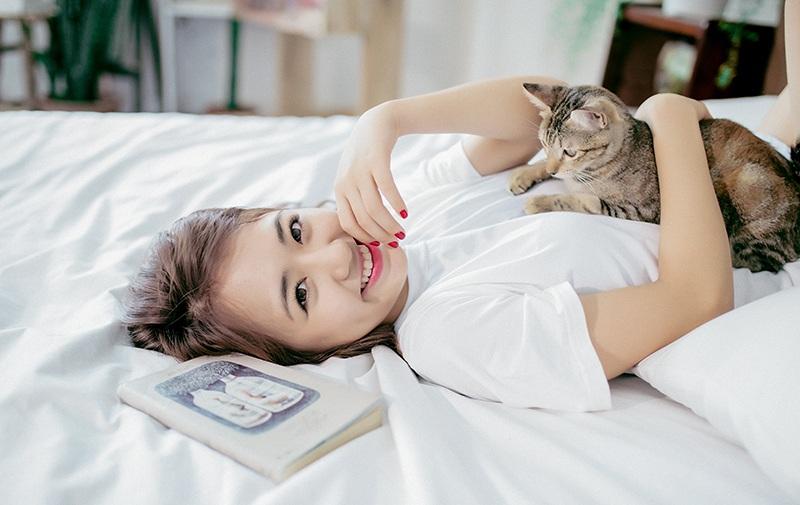 Vũ Quỳnh Anh sinh ngày 19/5/1997. Cô hiện là du học sinh tại Mỹ, là một hot girl được chú ý ngay từ khi còn là học sinh sống tại Hà Nội. Sau này, Quỳnh Anh cùng gia đình vào Sài Gòn sinh sống, cô nhận được sự yêu mến của giới trẻ cả hai miền Nam - Bắc. Hơn 280.000 bạn trẻ theo dõi Quỳnh Anh trên Facebook đặt cho cô nick-name là vitamin vui vẻ bởi nữ sinh này lúc nào cũng xuất hiện với nụ cười rạng rỡ, yêu đời.
