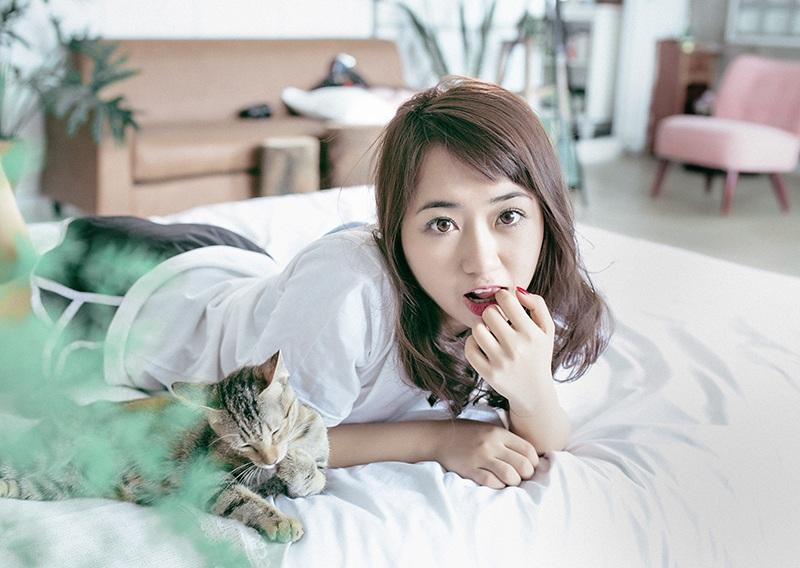 Biểu cảm giống nhau của Quỳnh Anh và chú mèo trong ảnh khiến người xem phải bật cười.