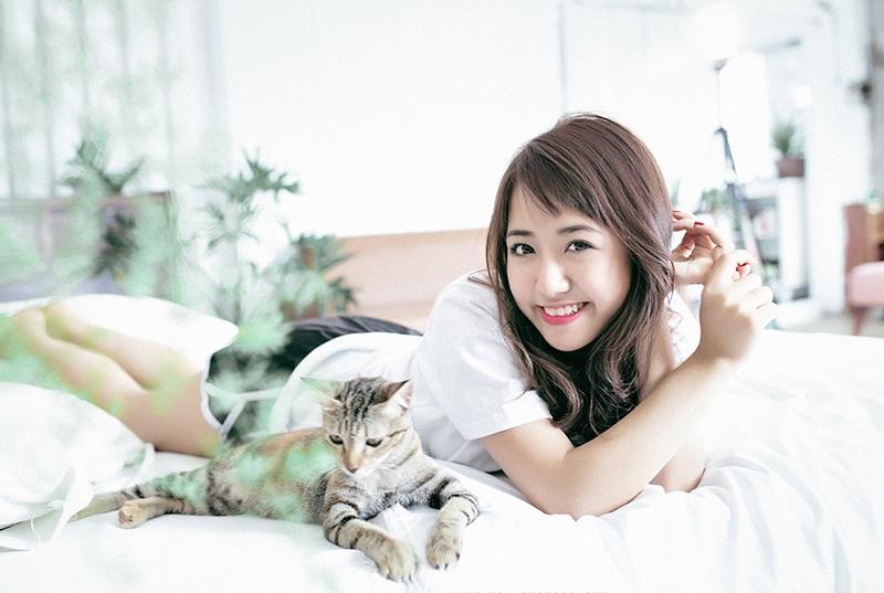 Nhân dịp nghỉ hè, Quỳnh Anh về thăm gia đình và thực hiện bộ ảnh này. Quỳnh Anh rất thích động vật và cô đã dành một ngày cùng với ê-kíp chụp ảnh làm quen, chơi đùa cùng với chú mèo dễ thương.