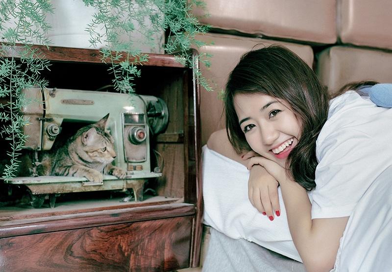 Năm nay 19 tuổi, Vũ Quỳnh Anh vẫn mang gương mặt trẻ thơ. Nụ cười rạng rỡ đã trở thành thương hiệu của hot girl này.