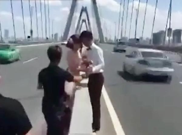 Chụp ảnh cưới giữa lòng cầu Nhật Tân (Ảnh: Facebook).