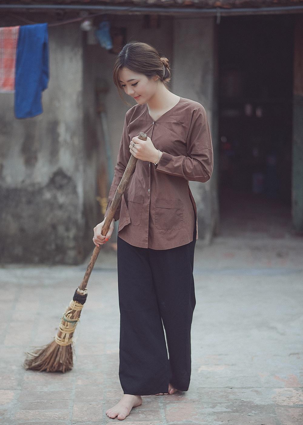 Hương chia sẻ rằng, cô chụp bộ ảnh này tại quê nhà Hưng Yên - nơi cô sinh ra và lớn lên. Những khung cảnh được chọn để chụp ảnh đã từng quen thuộc với cuộc sống của cô.