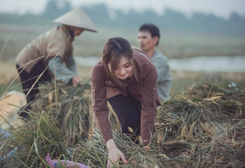 Hương nhận được sự ủng hộ của những người nông dân trên cánh đồng quê hương. Cô chọn đúng thời điểm mùa gặt để thực hiện những hình ảnh này.
